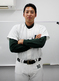 腕を組む東條大樹(JR東日本)投手
