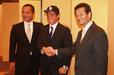 11月11日の中日仮契約会見で担当の正岡真二スカウト(右)と握手する徳島・山本 雅士投手(中央)・左は中日・音 重鎮スカウト