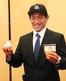 ボールと中日・谷繁 元信監督のサインが入ったドラフト会議IDを手に笑顔の徳島・山本 雅士投手