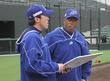 多田野 数人コーチ兼投手(元日本ハムなど)と打ち合わせをする石川MSフリオ・フランコ監督兼選手