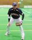 守備の姿勢を取る福井ミラクルエレファンツ・森 亮太外野手