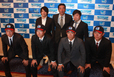 中島 輝士監督(上段中央)・小崎 貴紀COO(上段右)・選手たちと決意を固める四国アイランドリーグplus・鍵山 誠CEO(上段左)