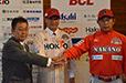 信濃グランセローズ・赤のピンストライプユニフォームに袖を通した大塚選手。背番号は近鉄(当時)時代と同じ11番