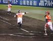 6回裏二死満塁からの勝ち越し2点打に右腕を上げる愛媛マンダリンパイレーツ・鶴田 都貴