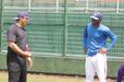 徳島インディゴソックスでの最終試合・張 泰山内野手(左)と談笑するガブリエル・ガルシア投手