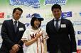グラゼニ女子・芹玲那さんと徳島インディゴソックス・木下雄介投手(左)・福永春吾投手(右)