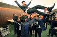 香川オリーブガイナーズのチームメイトから胴上げされる読売巨人軍育成8巡目指名・松澤 裕介(外野手)