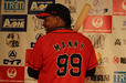 背番号「99」のバックナンバーを見せるマニー・ラミレス選手