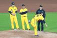 投球練習時。彭政閔選手(左)、杜家明選手(右)と(写真提供者:莫清智)
