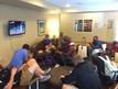 ロビーのテレビでゲームを始めるチームメイト達