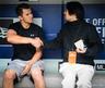 ジョー・パニック選手(左)と握手を交わすインタビュアー杉浦大介氏(右)
